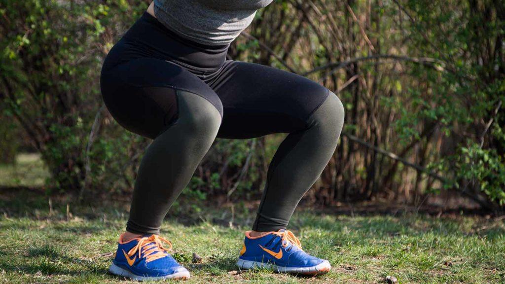 Mache Kniebeuge bei deinem Bauch Beine Po Workout