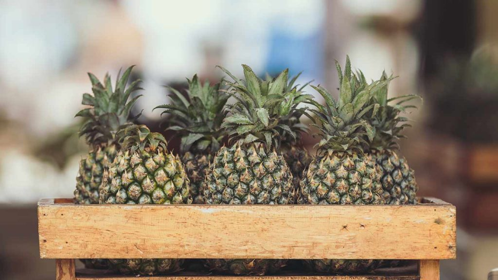 Ananas im Supermarkt einkaufen