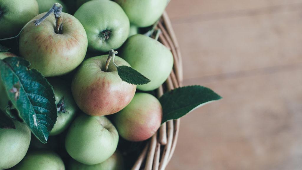 Apfel im Supermarkt einkaufen