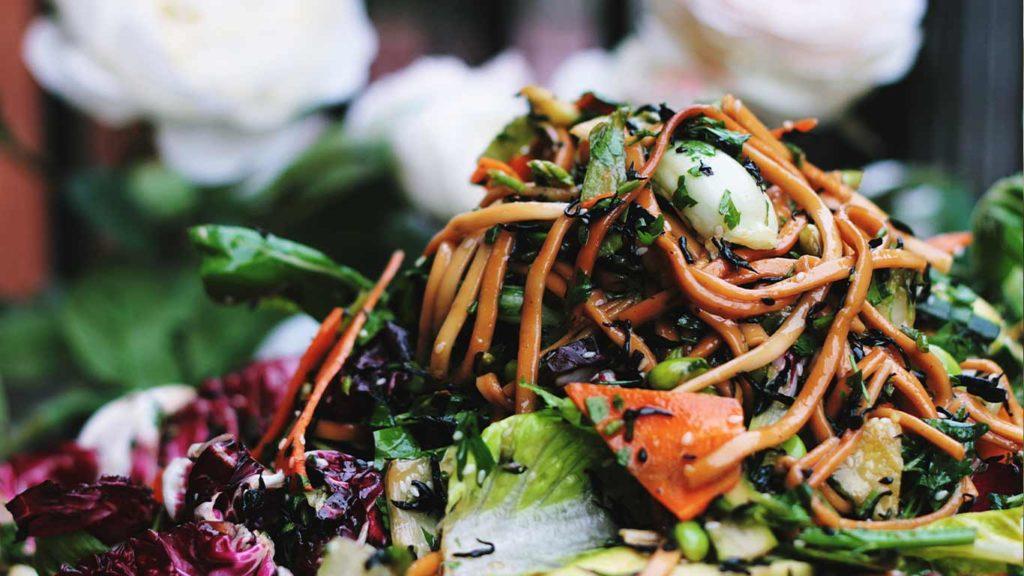 Vermeide große Portionen beim veganen abnehmen