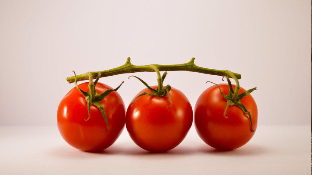 vegane ernährung ist gesund, da tomate positive eigenschaften in kombination mit fetten haben
