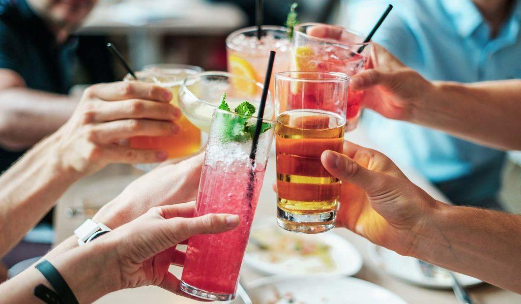 Gerne kannst Du auch mal ein Softdrink zum Essen trinken, doch mache alles in Maßen. Am besten ist Wasser oder Tee.