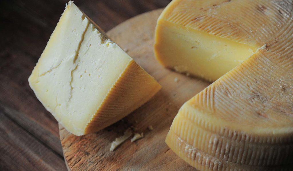 Beim Kochen kannst Du Käse gegen Käse auf Cashews verwenden