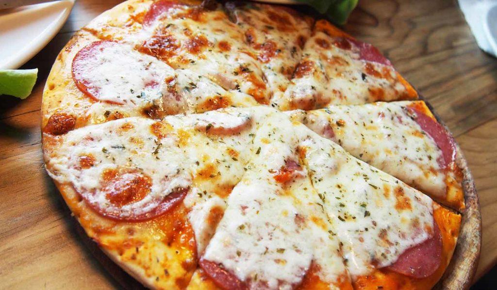 Einige Restaurants erlauben es Deinen veganen Käse fürs Zubereiten von Mahlzeiten mitzubringen