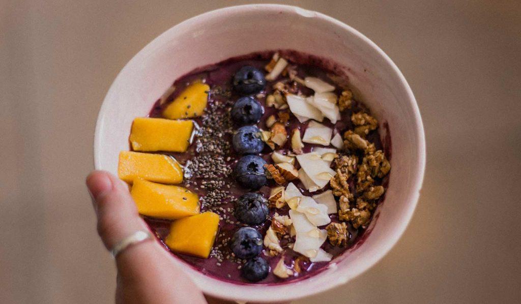 Acai Bowl ist perfekt um zuckerfrei vegan abzunehmen