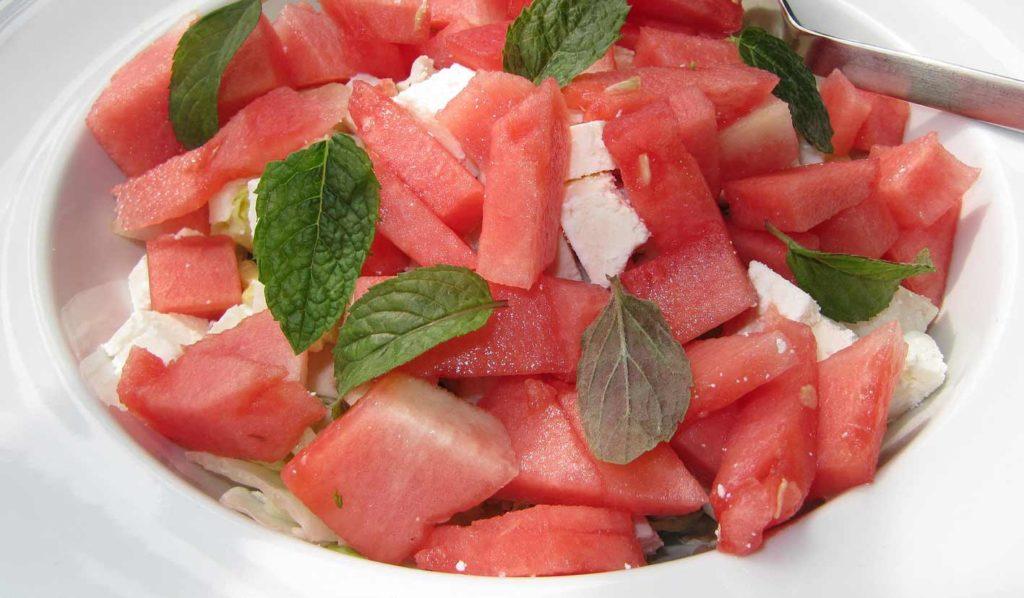 Wassermelonensalat ist kalorienarm und super geeignet um vegan Gewicht zu verlieren