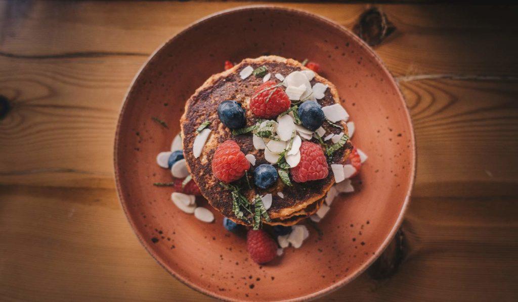 Ungesund serviertes Essen auf roten Teller stoppt Dich unterbewusst davon zu essen.