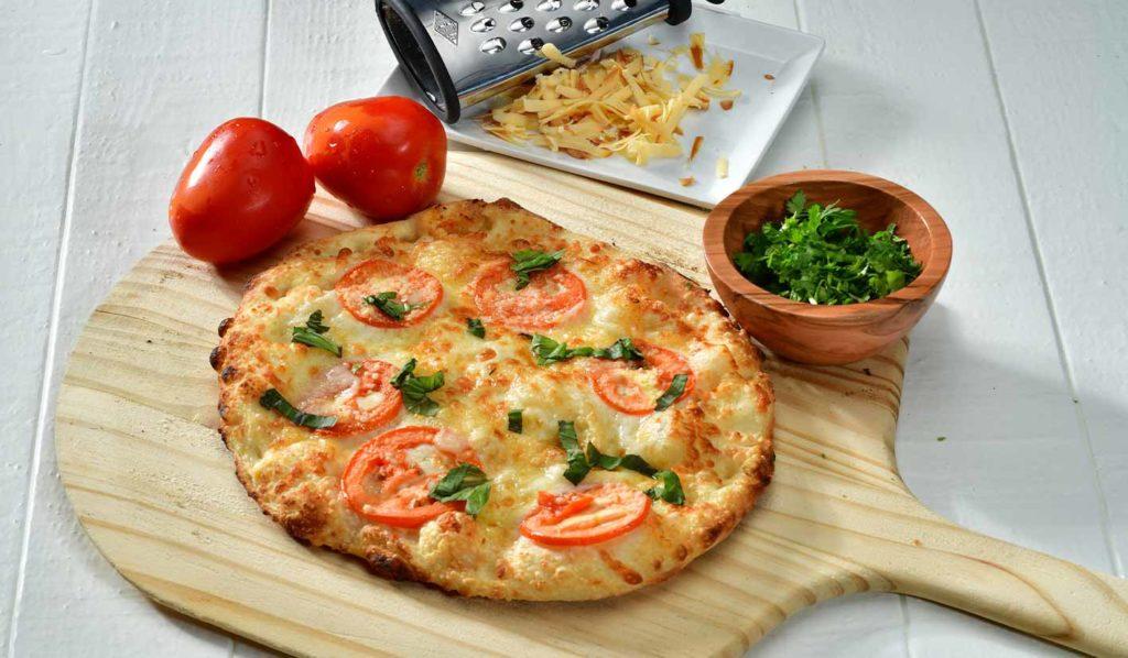 Verbanne ungesundes Essen aus Deiner Küche, um so unnötigen Kalorien zu entgehen. Das hilft ohne Sport Gewicht zu verlieren.