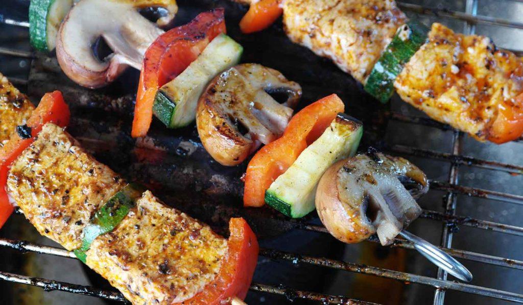 Tempeh-Spieße bringen Abwechslung ins vegane Grillen