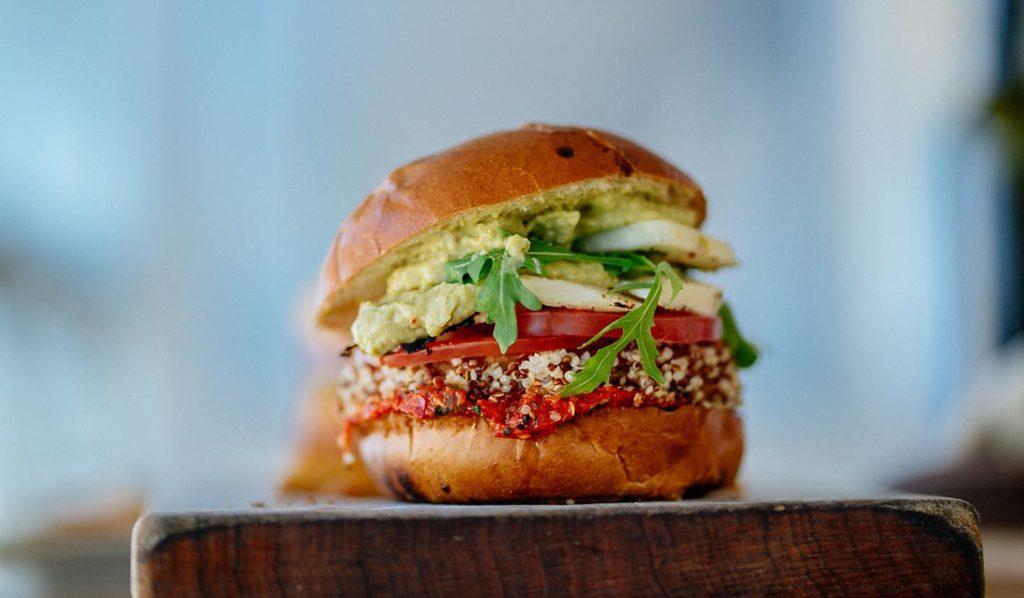 Bereite Dir einen gesunden veganen Burger für Dein Mittagessen zu