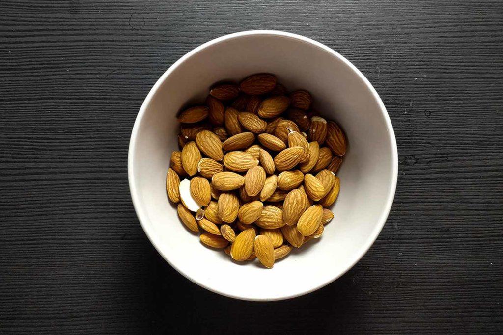 Nüsse und auch Samen enthalten sehr viel Eiweiß und können mit Sojaprodukten sehr gut mithalten