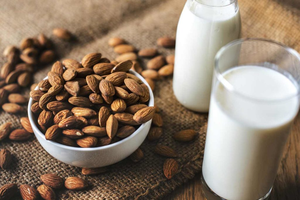Pflanzliche Milch geht auch vegan ohne Soja. Es gibt nämlich verschiedene Nussmilchsorten und Haferdrinks.