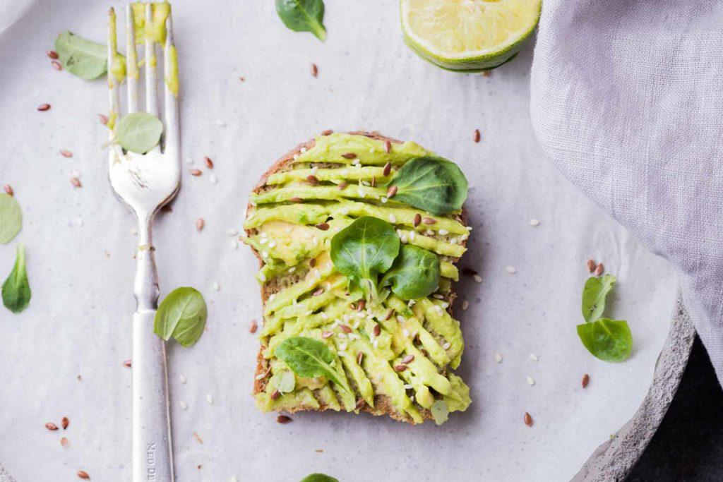 Avocadotoast ist ideal für einen schnellen Morgensnack.