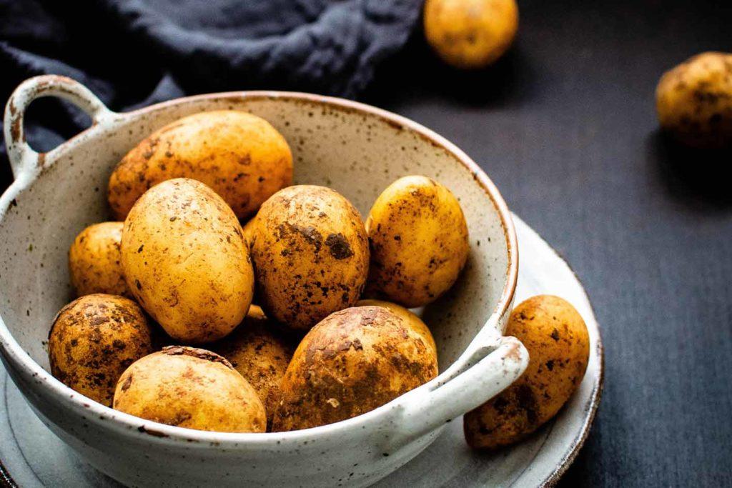 Kartoffeln sind eine Pflanze und demnach können Veganer das essen