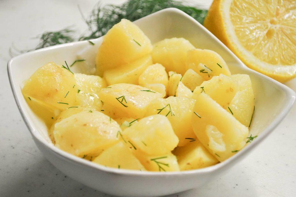 Ein Klassiker unter dem Weihnachtsessen ist der Kartoffelsalat, der einfach zubereitet werden kann