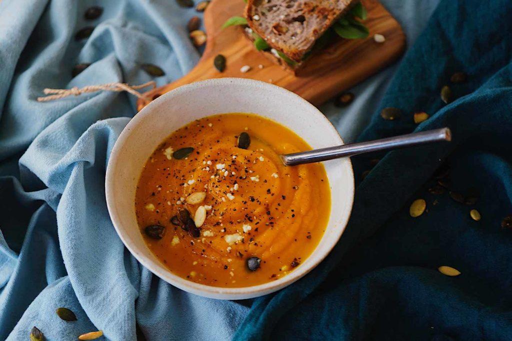 Das vegane Weihnachtsessen mit einer Kürbissuppe zu starten ist genau das richtige